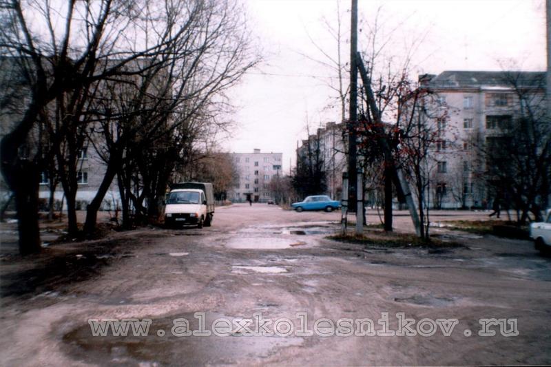 С другой стороны улицы Быкова